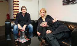 Christoph Grissemann (v. l.), Magdalena Kropiunig und Dirk Stermann im Foyer des Wiener Rabenhof-Theaters. / Bild: (c) Stanislav Jenis