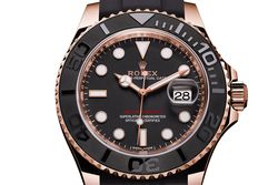 """Die neue Rolex -""""Yacht-Master"""" ist eine richtige Augenweide. Ihr schwarzes Oysterflex-Super-Luxus-Kautschukband mit kleinen Polstern schmiegt sich perfekt ans Handgelenk. Unter dem Zifferblatt ticken je nach Größe (40 und 37 mm) die Rolex-Automatikkaliber """"3135"""" und """"2236"""". Der exakte Europreis liegt uns noch nicht vor, doch er wird  sicherlich unter den in Basel genannten 23.800 (40 mm) und  21.000 (37 mm) Schweizer Franken liegen. / Bild: (c) Rolex"""