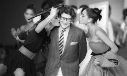 French designer Yves Saint Laurent is kissed by models at the end of his fashion show in Paris / Bild: (c) reuters (� Luc Novovitch / Reuters)