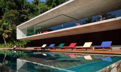 Architekt und Designer. Mit Kogans Casa Paraty blinzelt die  Moderne aus dem Grün hervor. / Bild: (c) Nelson Kon