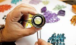 Kontrolle. Für die Nudo-Ringe wird jeder Farbstein einzeln kontrolliert.  / Bild: (c) Beigestellt