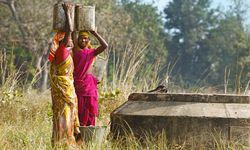 Malerisch. Die Einheimischen tragen nahe des Kanha-Nationalparks oft farbenfrohe Tracht. / Bild: (c) Martina Katz