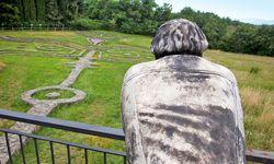 Meditativ. Das Auge sucht einen Weg durch ein Labyrinth. Skulptur von Esther Seidl.  / Bild: APA Picturedesk