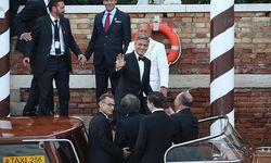 George Clooney entsteigt dem Boot vor einem Luxushotel in Venedig. / Bild: APA/EPA/ALESSANDRO DI MEO