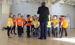 In Volksschulen und der Ankerbrotfabrik (Bild) bietet Superar Kindern nieder- schwellig Zugang in Chöre und ein Orchester. / Bild: (c) Superar