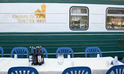 Verkostung usbekischer Weine neben dem Zug. / Bild: (c) Irene Hanappi