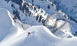 Viele drängt es hinaus. Der Arlberg ist ein Freeride-Gebiet allererster Güte. / Bild: (c) Lech Zürs Tourismus/Sepp Mallaun