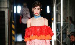 En Vogue. Auch in den Herbstkollektionen sind Rüschen präsent. / Bild: Beigestellt