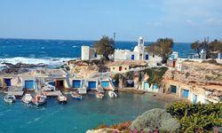 Inselidyll.  Die bunten Bootsgaragen prägen die Szenerie auf Milos. / Bild: (c) Sascha Rettig