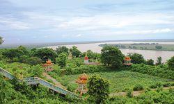 Sattgrün. Üppige Vegetation, toller Ausblick von Wat Hanchey. / Bild: (c) Stefanie Bisping