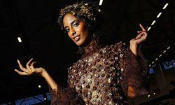 Schoko Fashion Show mit Models in Kleidern aus Schokolade am ersten Messestag der Schokoladenmesse S