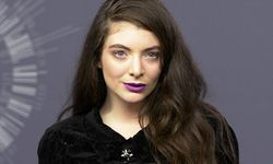 Recording artist Lorde poses backstage with her award for Best Rock Video during the 2014 MTV Video Music Awards in Inglewood