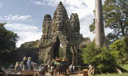 Menschenstrom am Zugangstor zur Tempelstadt Angkor Wat mit Elefanten und Lieferwagen und Rikscha S� / Bild: (c) imago/Martin B�uml Fotodesign (imago stock&people)