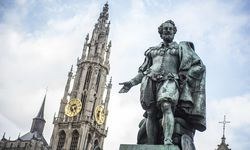 Peter Paul Rubens, das barocke Malergenie, in lässiger Pose. / Bild: VisitFlanders