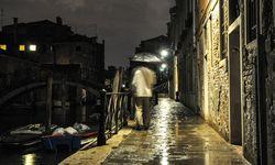 Reflexionen. Bei Regen beleuchten Lichtreflexe das Dunkel zwischen den wenigen Straßenlaternen. Die Kanäle bleiben schwarz. / Bild: (c) Sascha Rettig