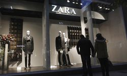 A couple looks at a Zara shop window in central Athens / Bild: (c) REUTERS (� John Kolesidis / Reuters)