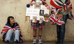Fans of the Royal family wait outside the Lindo Wing of St Mary´s hospital in London