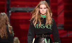Gut sichtbar. Auch Donatella Versace begeistert sich in ihrer Herbstkollektion für Sweatshirts. Mit Logo, versteht sich. / Bild: (c) APA/EPA/FLAVIO LO SCALZO (FLAVIO LO SCALZO)