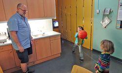 Spielte mit den Kindern des Autors Basketball: der Stationsaufseher. / Bild: (c) Beigestellt