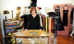 Ingrid Raab von Flo Vintage inmitten ihrer Sammlung von Originalstücken aus vergangenen Jahrzehnten. / Bild: (c) Die Presse (Clemens Fabry)
