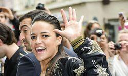 Michelle Rodriguez a la sortie du defile JP Gaultier piegee par les photographes elle se refugies /