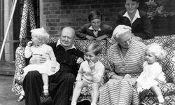 Eintracht. Winston und Clementine Churchill 1951 auf einer Hollywoodschaukel mit den Enkelkindern. / Bild: (c) Imago