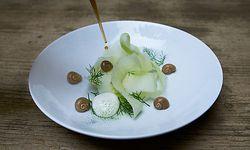 Schneckenleber mit Kohlrabi wird im Bistro des Gugumuck-Hofs serviert. / Bild: (c) Stinson Digital Artist