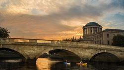 Wasserweg. Träge fließt der torffarbene Liffey vor sich hin. Die Dubliner mögen den Fluss. / Bild: (c) Ireland Tourism/Rob Durston