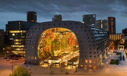 Rotterdam. Die Markthal saugt den Blick ins bunte Innere. Der Entwurf stammt von MRVDV Architekten. / Bild: (c) MVDRV Architects