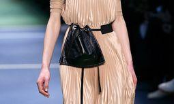 Beuteltier. Wenn sogar bei Céline Taschen von Gürteln baumeln, ist der Trend verbürgt. / Bild: (c) APA/AFP/PATRICK KOVARIK