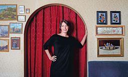 Vorhang auf! Marie Rötzer, hier im Wiener Café Jelinek, will auch internationale Theaterleute engagieren.  / Bild: Teresa Zötl