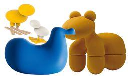 """Fantasie. Für Designer Eero Aarnio braucht man nicht unbedingt Stühle zum Sitzen. Das geht auch auf """"Pony"""", oder """"Happy Bird"""", hergestellt von Magis. Wie auch der Schaukelvogel """"Dodo"""".  / Bild: (c) Beigestellt"""