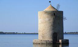 """Pittoresk. """"Spanische Mühle"""" mitten in einer Lagune bei Orbetello.  / Bild: (c) Martin Amanshauser"""
