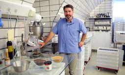 Rainer Haar in seiner Werkstatt inmitten von Bad Aussee. Hier macht er jeden Tag Senf – von Natursenf über Chilisenf bis zu Senfkaviar. / Bild: (c) Die Presse/Clemens Fabry