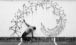 Realitätsnah. Robin Rhode greift in performativen Zeichnungen die Themen der Straße auf. / Bild: (c) Robin Rhode
