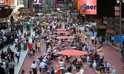 Times Square, New York.  Dank Gehl Architects dominiert dort jetzt das Sitzen, nicht das Stauen. / Bild: (c) Beigestellt