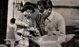"""Karlheinz Töchterle mit seinem Vater in der Schmiede. Das Bild wurde für """"Life"""", das legendäre US-Fotomagazin, gemacht, vermutlich für eine Reportage über die Nachkriegszeit in Österreich. Die Familie hat den Artikel nie zu sehen bekommen.  / Bild: privat"""