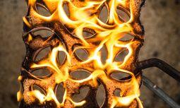 Heiß und dreckig. Bei 850 Grad härten die Fliesenunikate. im Ofen.  / Bild: (c) Beigestellt