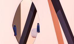 """Ohrgehänge. Glas mit Quasten:  Spiegel """"Panache"""" von Petite Friture.  / Bild: (c) Beigestellt"""