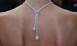 A necklace is seen on the back of actress Bouchez as she arrives on the red carpet for the screening of the film ´Sleeping Beauty´ at the 64th Cannes Film Festival / Bild: (c) REUTERS (� Vincent Kessler / Reuters)