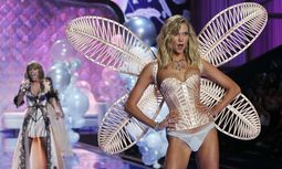 Singer Swift performs as model Kloss presents a creation during the 2014 Victoria´s Secret Fashion Show in London / Bild: (c) REUTERS (SUZANNE PLUNKETT)