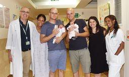 Die Zwillingsbrüder Ofir und Jariv Miller im Soroka-Krankenhaus in Beerscheba (Israel) mit ihren am selben Tag geborenen Töchtern.  / Bild: Rachel David/Soroka