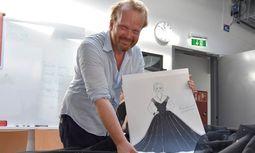 Jan Meier mit einem Entwurf des Kleides von Anna Netrebko. / Bild: (C) Salzburger Festspiele/ Anne Zeuner