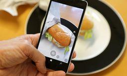 2 von 3 Deutschen haben bereits einmal ihr Essen fotografiert und auf sozialen Netzwerken gepostet m / Bild: (c) imago/wolterfoto (imago stock&people)