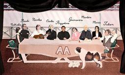 Tischgespräch. Azzedine Alaïa liebt es, seine Freunde und Vertrauten um sich zu scharen. / Bild: (c) Sarah Beeby