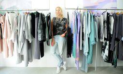 Die Modedesignerin Romana Zöchling in ihrem Geschäft in Wien Neubau. / Bild: (c) Die Presse (Clemens Fabry)