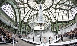 Centre Lancement N°5. Ins Weltall zog es Karl Lagerfeld mit Chanel. Zum Abschluss der Show hob die riesige Chanel-Rakete im Grand Palais unter lautem Getöse vom Boden ab. / Bild: (c) imago/Xinhua