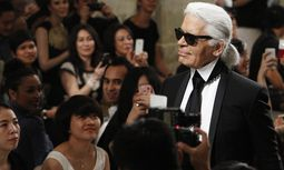 Designer Lagerfeld acknowledges the audience after his Chanel´s Cruise 2013/2014 Collection fashion show in Singapore / Bild: (c) REUTERS (� Edgar Su / Reuters)