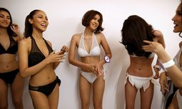 Beauty contestants prepare backstage before the fashion show of Miss Tiffany´s Universe 2016 transvestite contest in Bangkok / Bild: (c) REUTERS (� Athit Perawongmetha / Reuters)