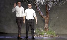 Dolce and Gabbana acknowledge the audience at the end of their Spring/Summer 2014 collection during Milan Fashion Week / Bild: (c) REUTERS (� Max Rossi / Reuters)